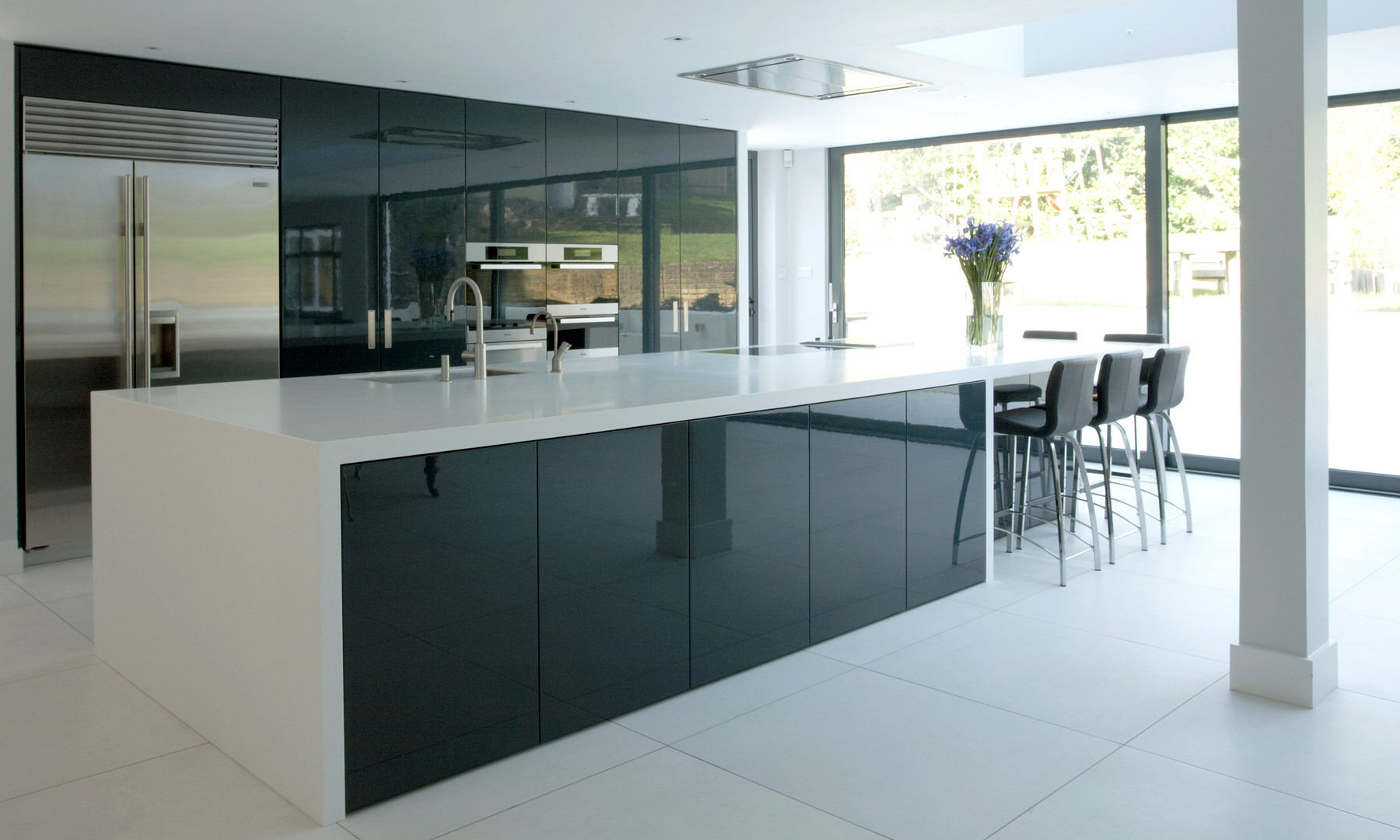 Perfectly smooth large kitchen wall tiles are always popular because they are both beautiful and practical: plaque and moisture are easily removed from them
